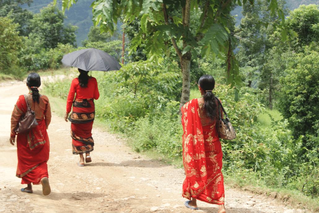 Népalaises sur un chemin - voyages sur mesure au Népal
